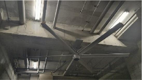 地下倉庫の湿気対策で、通常では設置できない場所に特注製作した取り付け金具で対応